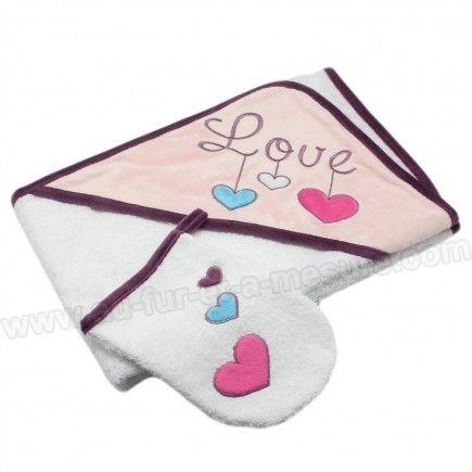 Cette  sortie de bain Love des Chatounets  est évidemment remplie d'amour ! Des jolis petits coeurs de couleur viennent renforcer l'affirmation !    Avec ses  couleurs douces , cette cape de bain à capuche fera un idéal  cadeau de naissance  pour une  petite fille , utile tous les...