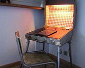 Unikat Vintage Koffer umgewidmet als Beleuchtung Schreibtisch (höhenverstellbar) innen: rot karierte Wachstuch, Holz und Tintenfass.