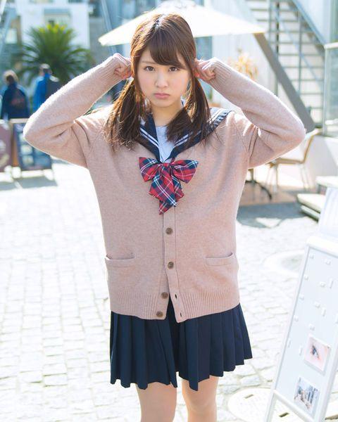制服の垣内麻里亜