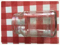 Klebereste entfernen 125 g Natron  60 ml Öl (Rapsöl oder Sonnenblumenöl)     15 g Spülmittel (ich verwende das von Frosch)  20 Sek / St. 4     In ein Schraubglas füllen, vor Gebrauch schütteln oder umrühren, da sich das Natron absetzt.     Die Klebereste mit einem Pinsel bestreichen. 10 Minuten einwirken lassen. Anschließend mit warmem Wasser und einem Putztuch abreiben. Bei sehr hartnäckigem Kleber einfach nochmal wiederholen.