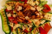 Salade gegrilde kip met courgette Voedingswaarde      Kcal     439     Koolh.     20.30g     Eiwit     46.10g     Vet     18.30g     Vezels     4.00g  Ingredienten      kipfilet (130g)     courgette (300g)     ijsbergsla (200g)     parmezaanse kaas (20g)     olijfolie (10g)     balsamico azijn (10g)     kruiden naar keuze