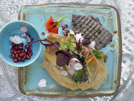 Thunfischfilets auf algerische Art - mit Granatäpfeln, Teignestern und Blütensalat - smarter - Kalorien: 530 Kcal - Zeit: 50 Min. | eatsmarter.de