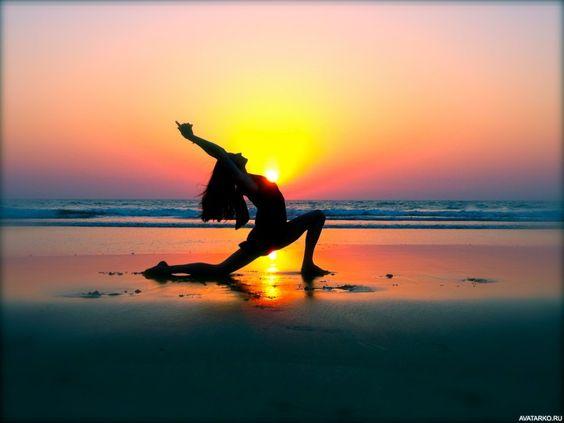 Силуэт девушки на берегу моря в одной из поз йоги - авы, аватарки, картинки