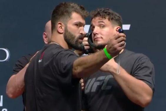 Brincadera ! ;-) A pesagem para o UFC 191, que aconteceu nesta sexta-feira (4) na cidade de Las Vegas (EUA), correu normalmente e sem momentos de grande tensão que valham destaque, No entanto, logo na encarada entre dois ex-campeões pesos-pesados, o bom-humor falou mais alto e garantiu risos da plateia.