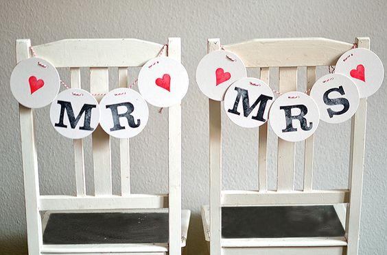 Eine Stuhl-Dekoration MR & MRS für die Stühle des Brautpaares. Eine Liebeserklärung aus einzelnen Buchstaben zum Auffädeln auf rot-weißer Kordel. Jedes Zeichen des Schriftzug ist von Hand gestempelt. Eine schöne Stuhl-Dekoration für die Hochzeit, die Sitzplätze von Braut und Bräutigam und… wo immer Sie denken können! Farben für die Sonderzeichen: ♥ Rot, Rosa, Fuchsia, Lila, […]
