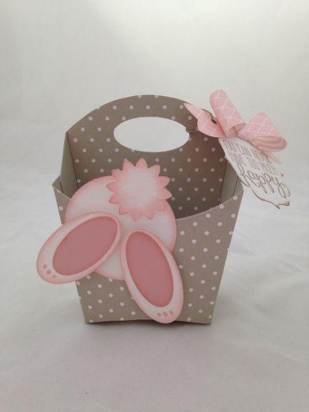 Lustiges #Osternest mit Griff aus gepunktetem Karton mit einem süßen Hasen-Po zu #Ostern #diy