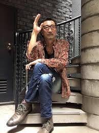 階段に座る大塚明夫