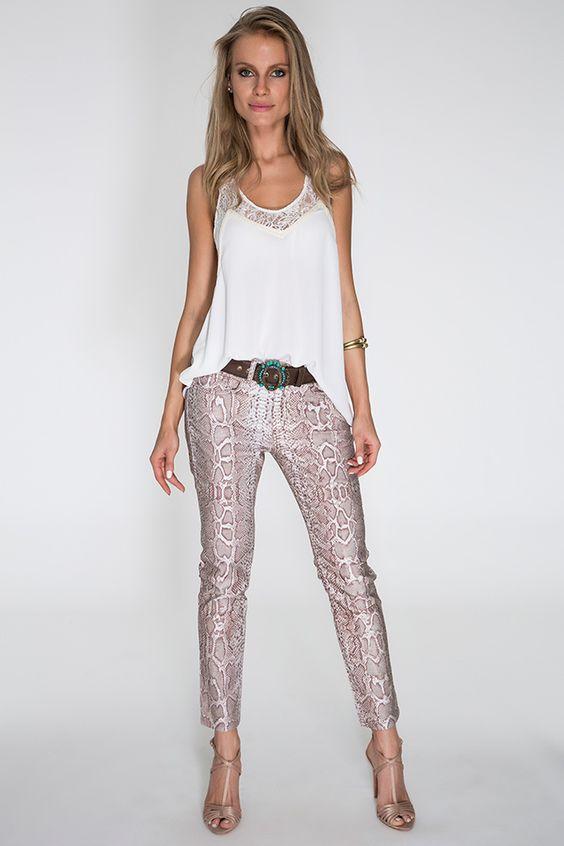 Regata branca com detalhe em renda no decote, calça snake rosé skinny e cinto café com fivela em pedrarias. Chique e moderna, com o look perfeito para os dias de verão.