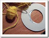Materiales pompones de lana: cartulina, tijeras y lana.