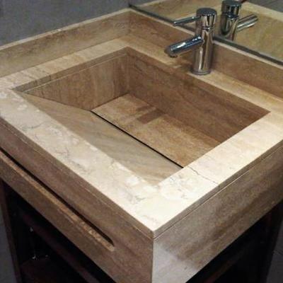 Mueble de baño con lavabo integrado en travertino