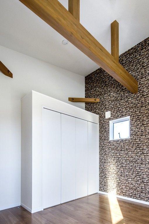 お子さんの部屋の天井をあげて 梁見せに 壁は輸入クロスの石貼り柄で