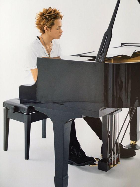 上田竜也ピアノを弾く姿がかっこいい