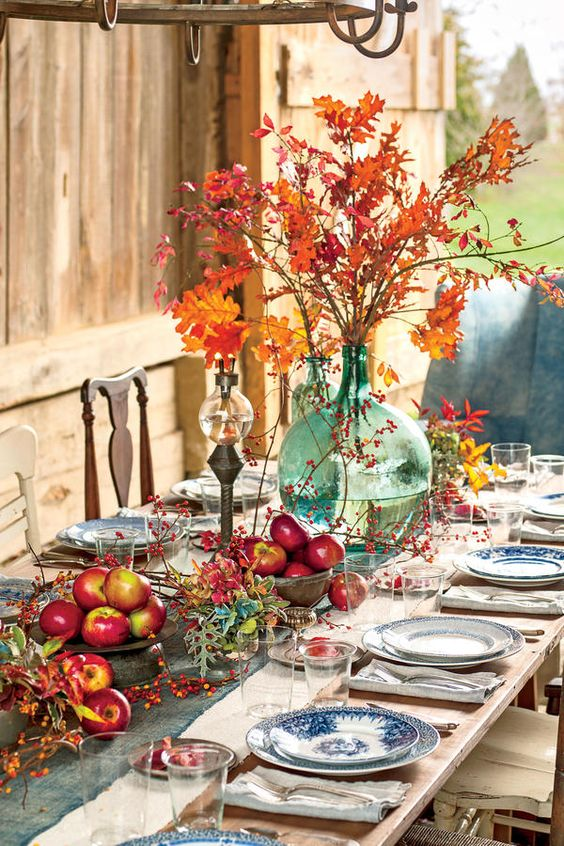 Easy Thanksgiving Table: A Crisp, Nature-Inspired Spread: