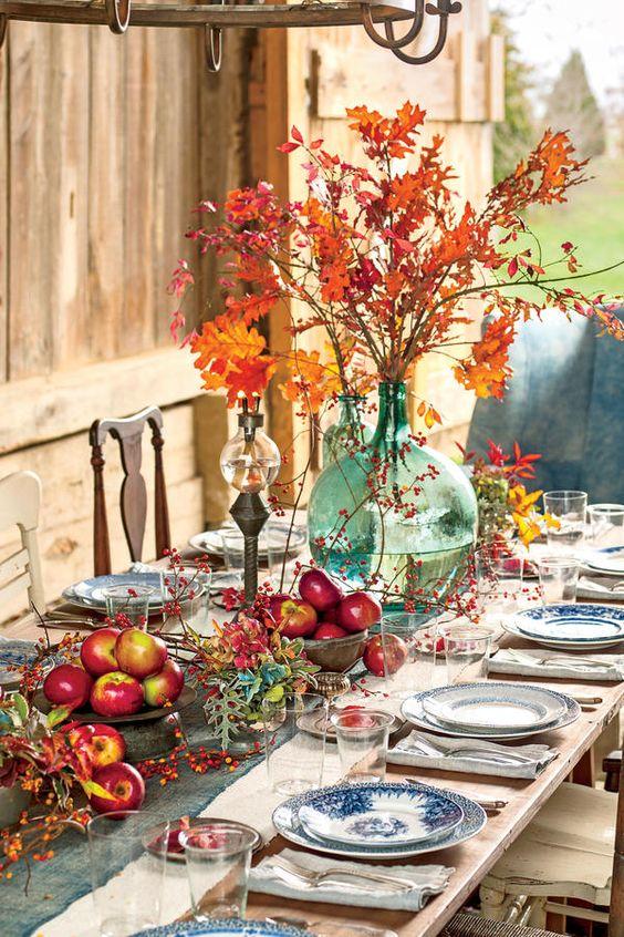 Decorar la mesa en el jardín