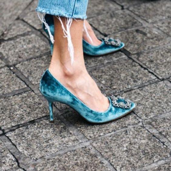 Los zapatos de terciopelo con accesorios brillantes son una opción apta para el día.