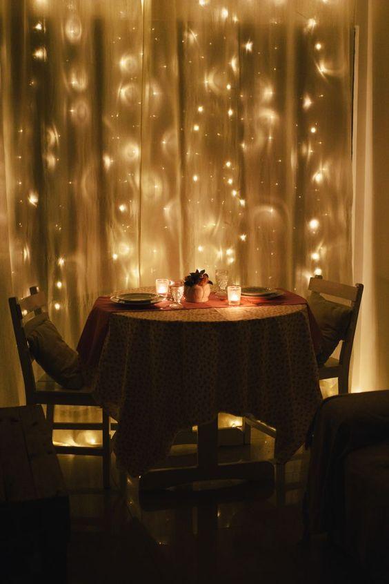 Jantar romântico de dia dos namorados a luz de velas em casa. DIY.
