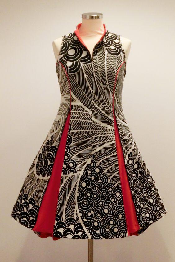 Das Reißverschlußkleid in dynamischem schwarz weiss Muster kombiniert mit knalligen rot Falten. (Ansicht von vorne, mit geöffneten Falten)