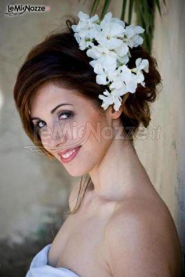 Acconciatura raccolta e fiori bianchi laterali: scopri tante altre pettinature con fiori >> http://www.lemienozze.it/gallerie/foto-acconciature-sposa/img34870.html