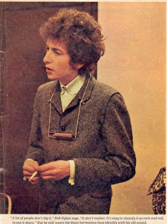 タバコを吸うボブ・ディラン