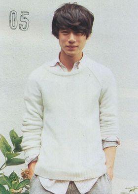 ニット×シャツコーデの坂口健太郎のファッション