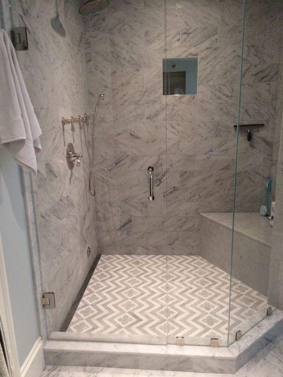 Dusche Mit Gefliester Sitzbank : abgetrennte Dusche aus Marmor mit interessanter Fliesenanordnung am