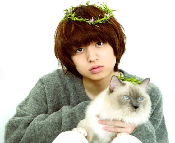 猫を抱く伊野尾慧