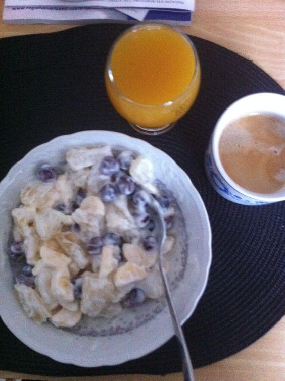 Frühstück:  Banane + Trauben + Pomelo + Joghurt = satt!  Dazu ein Glas Maracujasaft ... jummy!