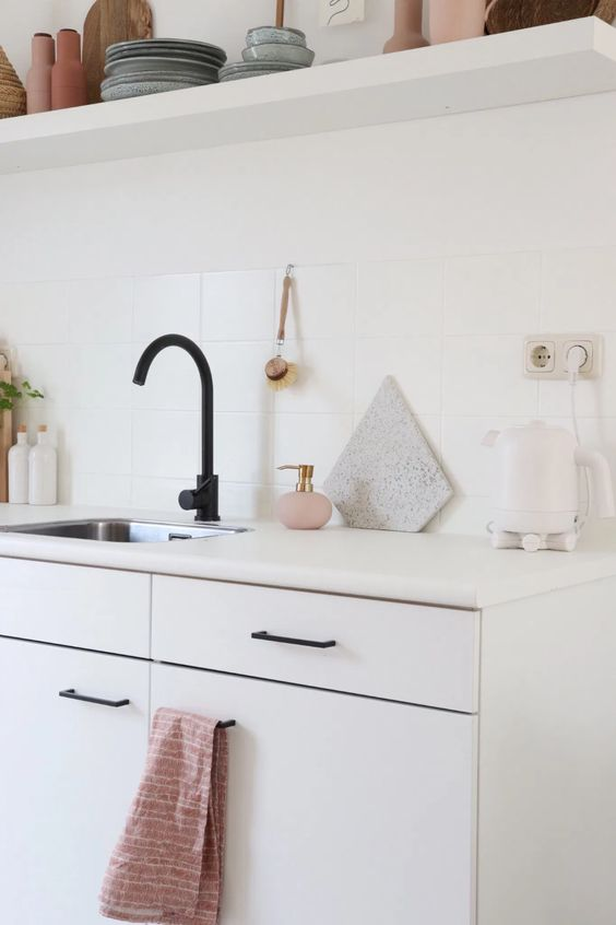 zwarte kraan accessoires in de keuken
