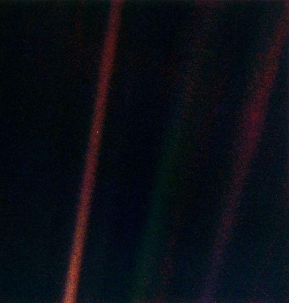 """Venticinque anni fa la sonda Voyager 1 scattò una foto della Terra da  oltre sei miliardi di chilometri di distanza. Quell'immagine simbolo  divenne celebre come """"Pale blue dot"""" (pallido puntino blu). Fu lo  scienziato e divulgatore Carl Sagan a sollecitare la Nasa peché Voya"""