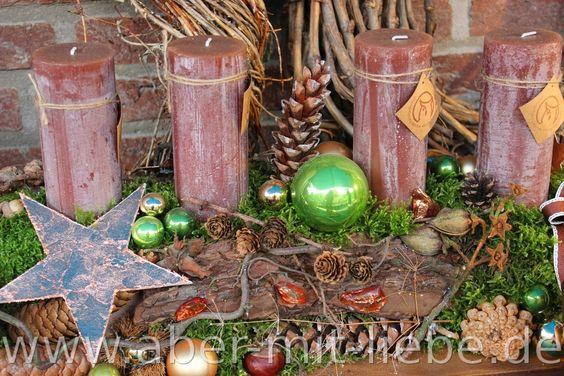 Natürliche Adventsfloristik; Fries aus Rinde, Zapfen, Moos etc. mit grünen Kugeln, braunen Kerzen und Kupferfarbenen Sternen