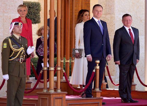 żydowsko-arabskie zbliżenie kuchennymi drzwiami: Prezydent Andrzej Duda z żoną Agatą Kornhauser-Dudą https://pl.scribd.com/document/329356228/  przebywają z oficjalną, trzydniową wizytą w Jordańskim Królestwie Haszymidzkim. Para prezydencka została powitana przez króla i królową Jordanii. Uwagę fotoreporterów przykuły kreacje, w których wystąpiły pierwsze damy. Zobaczcie, jak prezentowała się Agata Kornhauser-Duda! https://gloria.tv/audio/BDBkqGmdbdNH1aMn9PxrqbGUh: