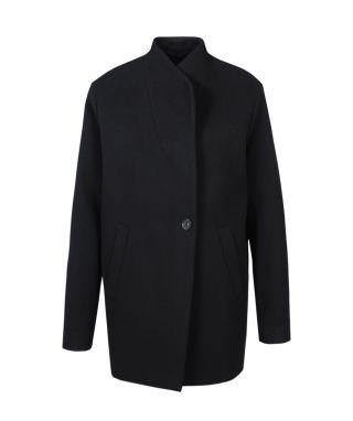 Dieser wunderschöne Wollmantel vom deutschen Modelabel SET besticht durch sein cleanes Design. Der Mantel hat eine nach innen liegende Schalkragen-Verarbeitung und zu schließen ist er mit zwei verdeckten und einem sichtbaren Knopf. Zusätzlich befinden sich Eingrifftaschen im Vorderteil. Der Mantel ist gerade und etwas weiter geschnitten. Perfekt als Übergangs-Jacke zu tragen.