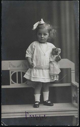 1912 Mädchen mit Puppe