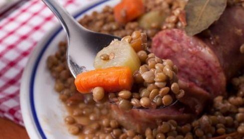 """750g vous propose la recette """"Saucisses aux lentilles"""" publiée par Chef Damien."""