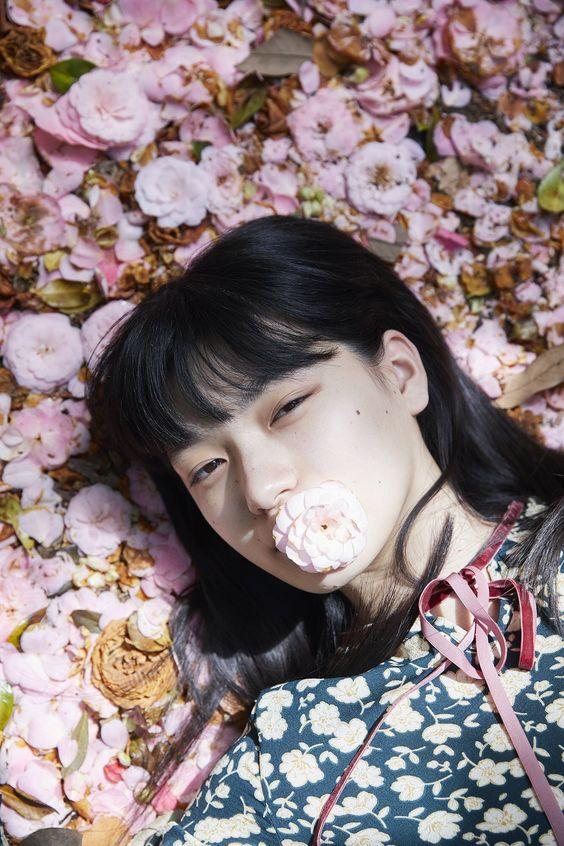 花を口に加えた祷キララ