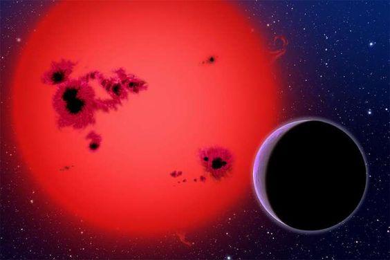 O exoplaneta Gliese 1214b é um planeta rochoso rico em água que fica a cerca de 40 anos-luz de distância. Ele orbita uma estrela anã vermelha . O planeta tem cerca de três vezes o tamanho da Terra e cerca de 6,5 vezes mais massa. Pesquisadores acreditam que exista água no estado gasoso neste exoplaneta
