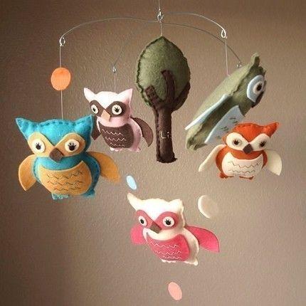 """Outro item maravilhoso para decoração de quartos de bebê é este móbile com várias corujinhas """"voando""""... Simplesmente encantador... Ai ai, quero um quarto de bebê para decorar, agora!!!"""