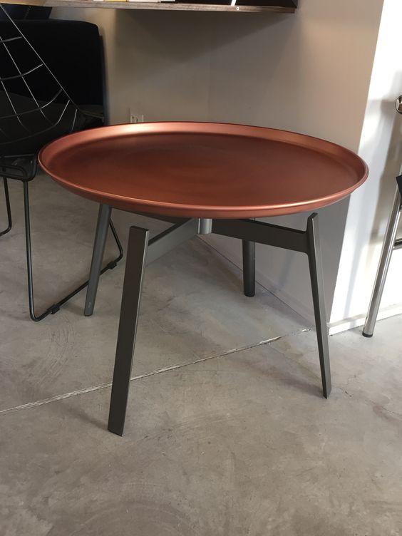 Tables Husk – B&B Italia  Design Patricia Urquiola Finition : Tôle d'acier vernis nickel bronze Dimensions : Ø 62,5 x ht46 Prix: 762,00 € TTC + 1,15 € d'éco-participation - SOLDEE - 25% = 570,00 € (expo à l'EAC)