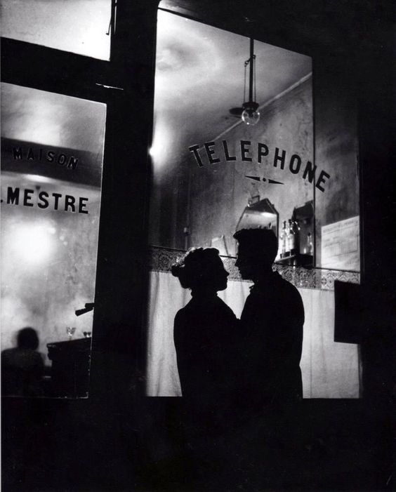 Romance à Belleville – Paris, 1947 – © Willy Ronis