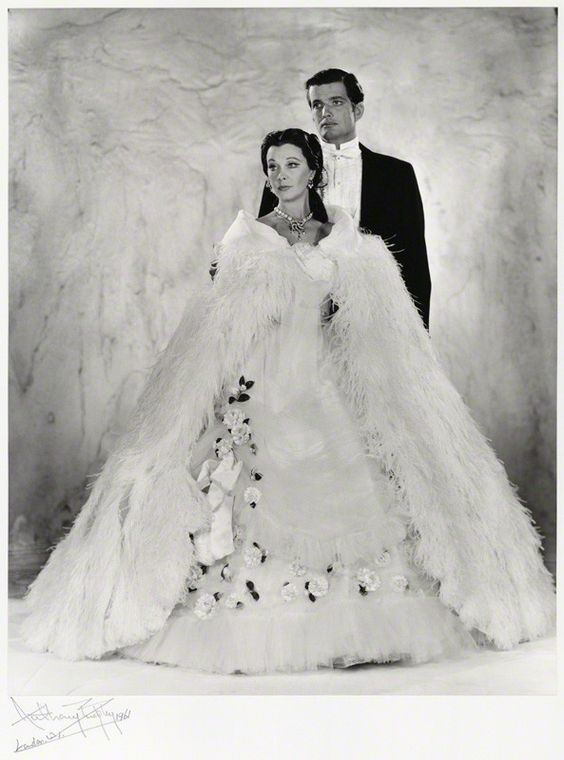 Portrait of  Vivien Leigh and John Merivale for The lady of the camellias, 1961. Photo by Anthony Buckley