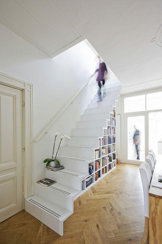 Rangement sous escalier une biblioth que pratique et for Rangement en escalier