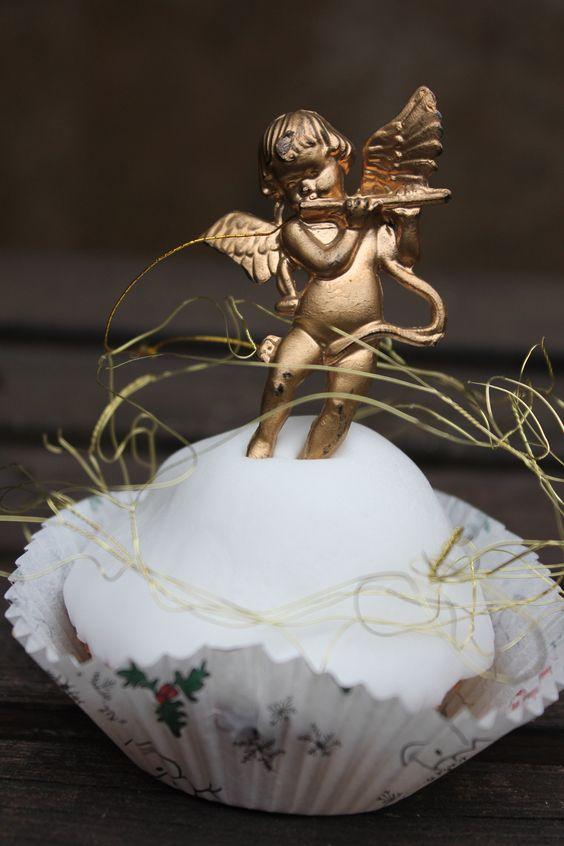 Lebkuchen-Cupcakes, im Advent und in  der Weihnachtszeit darf es ruhig etwas kitschig werden mit Gold und Glitzer. Schnell und einfach gebacken und nach Lust und Laune weihnachtlich zu verzieren. Backen für Weihnachten. Und hier ist das Rezept http://wolkenfeeskuechenwerkstatt.blogspot.de/2012/12/adventskalender-10-turchen-lebkuchen.html