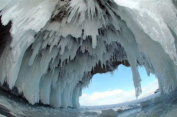 Cuevas de hielo en el lago Baikal, Siberia, Rusia.