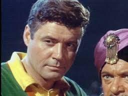 Guy Williams também ficaria mais conhecido como Professor John Robinson do seriado Perdidos no Espaço