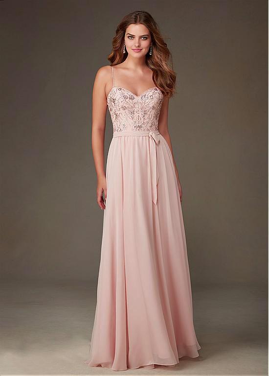 Prachtige lichtroze lange jurk met rok van chiffon en top van kant met kralen. Voorzijde.