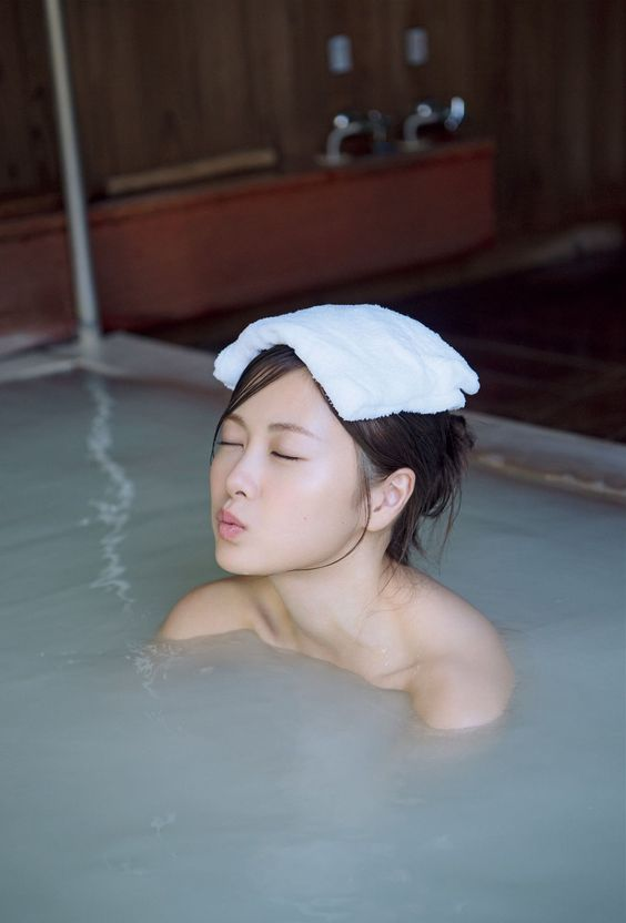 温泉に入る白石麻衣