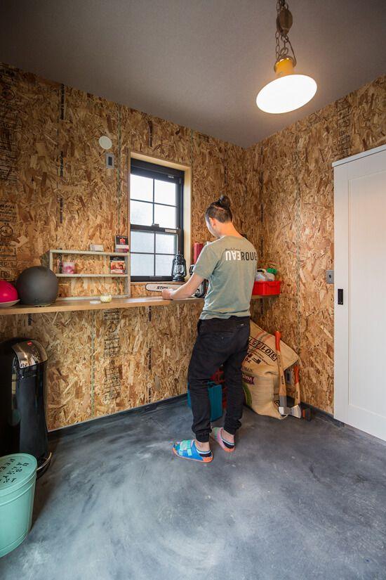 趣味室の壁はosb合板 床のモルタルはわざと墨を混ぜて仕上げ 荒っぽ