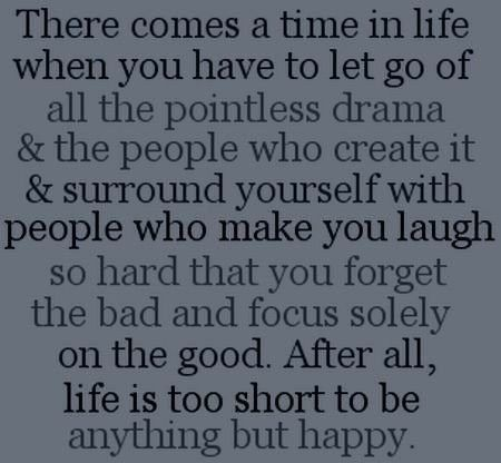 A reír mucho. Rodéate de gente simpática y evita los calamitosos