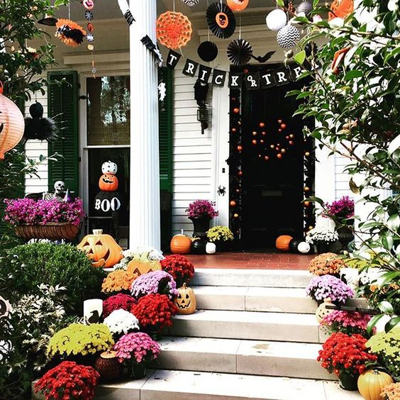 Beautifully decorated porch in the Garden District of New Orleans...#halloweendecor#gardendistrict#uptown#nola#thisisyournola#noplacelikenola#experience_neworleans#halloween#gyd_ss_halloween