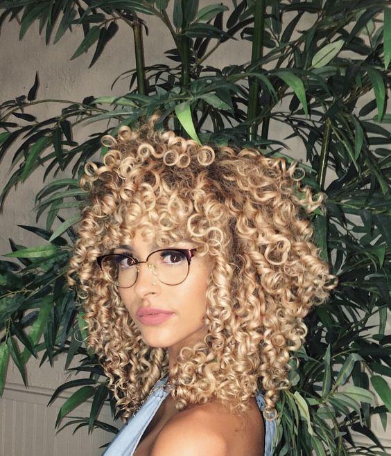 Hausgemachtes kurzes Haar blond